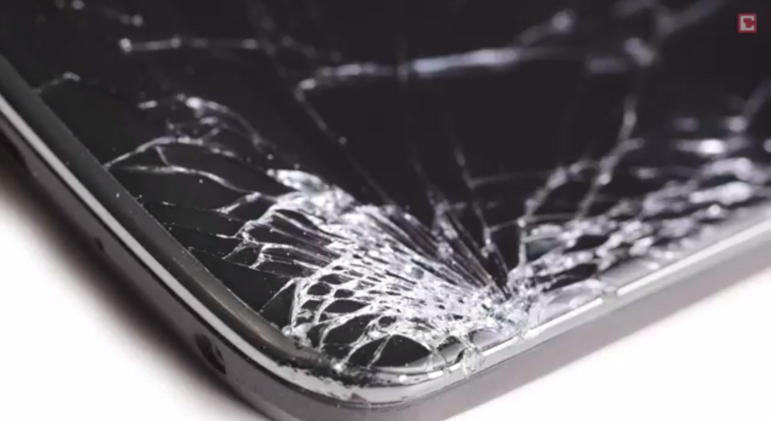 Po několika shozech z výšky 80 ndošlo k prasknutí rohu skla chráněného technologií Gorilla Glass 5. generace. Zatím není jasné proč tomu tak je. Zdroj: chip.de