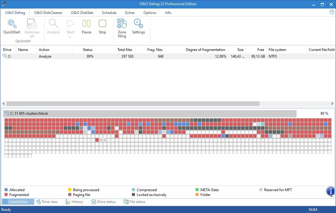 Optimalizaci obsahu pevného disku zahájíte tlačítkem »Analysis«, které spustí kontrolu fragmentace dat. Pokud se po analýze zobrazí velký počet červených čtverečků, znamená to, že jsou data na disku fragmentována a mělo by tedy dojít k jejich defragmentaci. Tu spustíte tlačítkem »Start«.