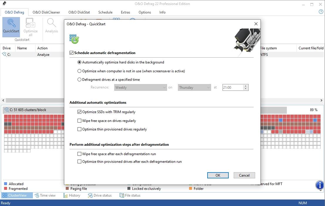 O&O Defrag má šikovné funkce na automatickou defragmentaci dat a optimalizaci obsahu pevného disku, které nastavíte po kliknutí na tlačítko »QuickStart«. V nově otevřeném okně můžete aktivovat defragmentaci na pozadí, během doby kdy počítač nepoužíváte nebo v přesně nastavený čas. Rovněž lze pravidelně přemazávat prázdné místo na disku.