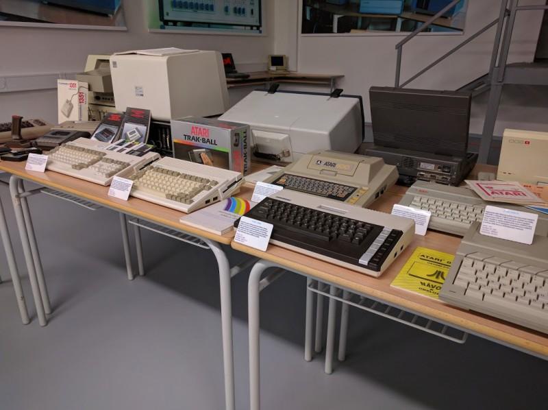 Atar  800XL - dmácí 8bitový počítač z roku 1983. Měl 64 KB paměti a zabudovaný Basic.
