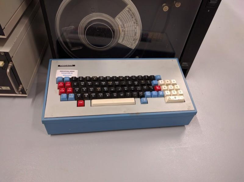 To není počítač, ale jen pořádná klávesnice Consul ze Zbrojovky Brno.