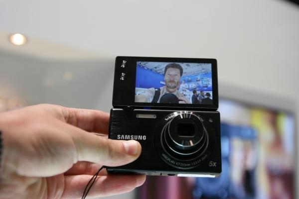 Displej kompaktu Samsung MultiView MV800 můžete úplně přetočit, takže snadněji pořídíte autoportrét.