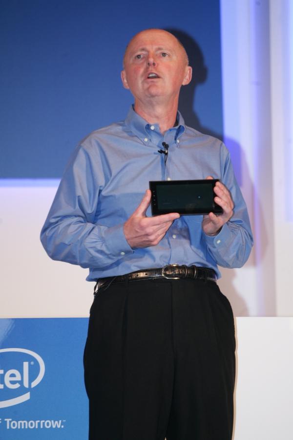 """Sean Maloney ukázal na Computexu vůbec první tablet na platformě Medfield s operačním systémem Google Android 3.0 (""""Honeycomb"""")."""
