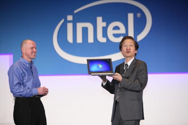 Sean Maloney (viceprezident Intelu) předvádí na Computexu 2011 společně s Jonney Shihem  z Asusu první Ultrabook.