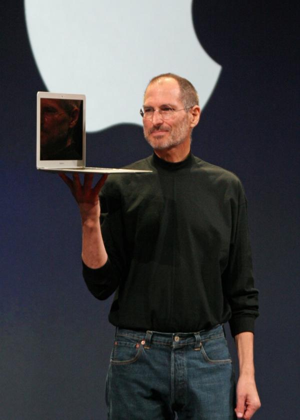 Steve Jobs v roce 2008 předvádí MacBook Air (foto: Matt Yohe; CC-BY-3.0)