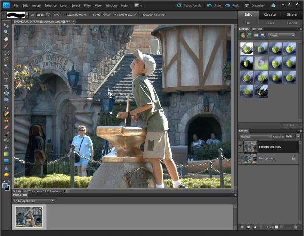 Photoshop Elements 9 - stačí označit nechtěné osoby, nebo předměty a program je sám vymaže a pozadí nahradí.
