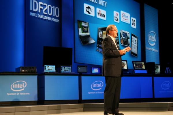 Paul Otellini, prezident a generální ředitel společnosti Intel, představuje novou generaci procesorů Core s kódovým jménem Sandy Bridge. Jejich výkon bude samozřejmě zase o něco vyšší a tím i možnosti zařízení na těchto procesorech založených.