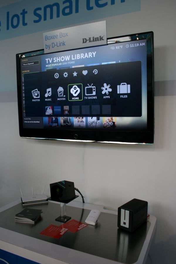 Boxee Box od firmy D-Link je multimediální společník do obýváku. S touto kostkou mohou uživatelé sledovat filmy a televizní programy z internetu, mohou si prohlížet webové stránky a přistupovat k multimediálním datům (fotografie, videa, MP3, …) v domácí síti. To vše samozřejmě zprostředkují na televizní obrazovce a samozřejmě v HD. Dálkový ovladač je vybaven QWERTY klávesnicí. Tento produkt by se