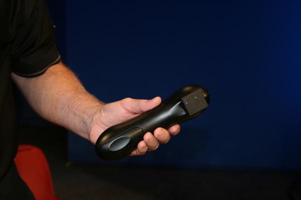 Speciální dálkový ovladač se senzorem pozná, kdo ho drží a podle toho upraví nabídku oblíbených televizních programů a další nastavení.