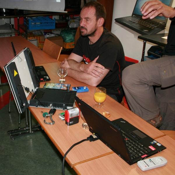Notebook Lenovo a satelitní zařízení pro přenos vysílání