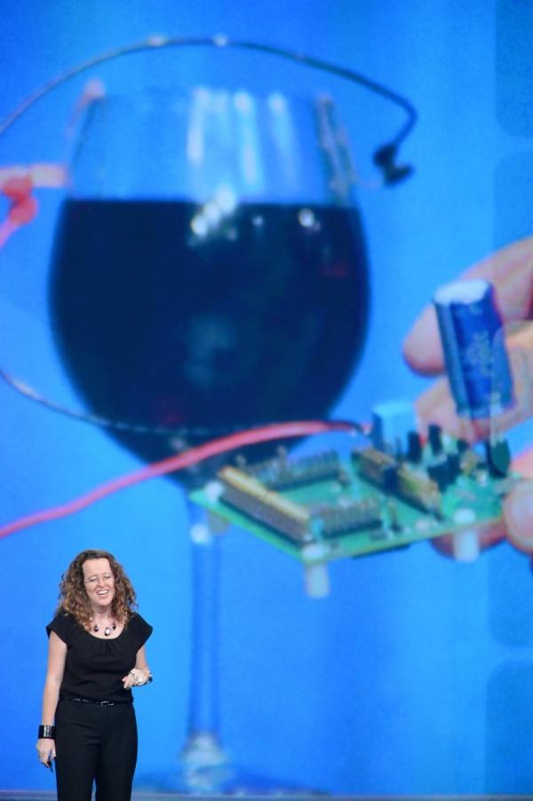 Mikroprocesor poháněný baterií vyrobenou ze sklenky vína