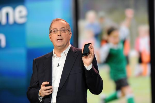 Paul Otellini předsatvuje Lenovo K800 s procesorem Intel Atom