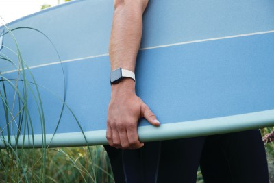 fitbit-versa-lifestyle-classic-white-surfboardcloseup-nahled