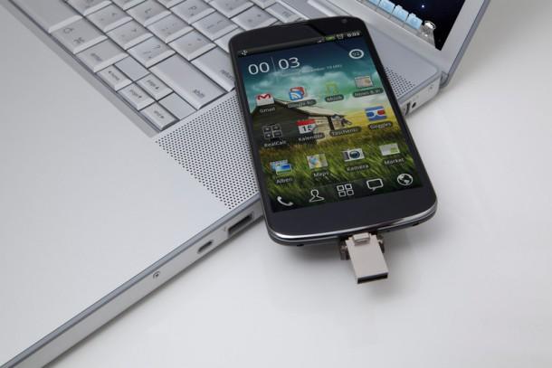 datatraveler-microduo-cellphone-laptop-nahled
