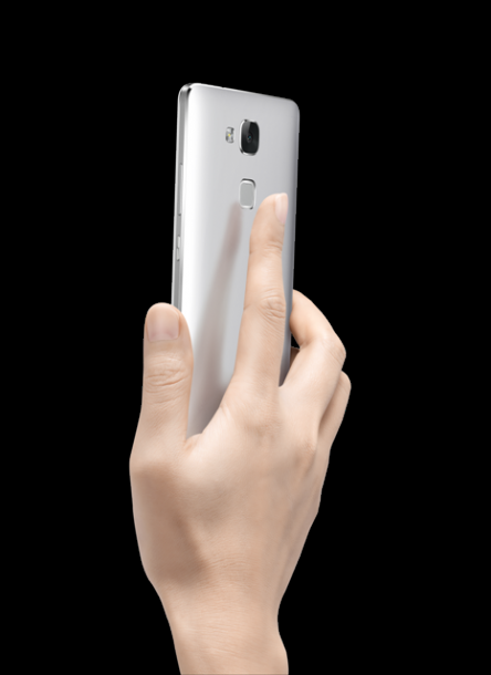 huawei-ascend-mate7-single-gray-back-face-hand-hi-res-nahled